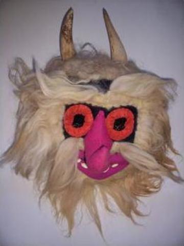 Masca populara cu coarne de la Sc Artizan Art Srl