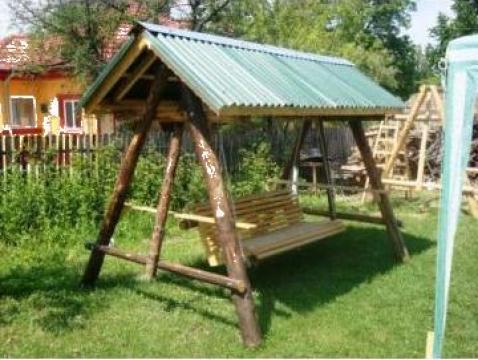 Balansoare de gradina din lemn rotund de la Grirom Consulting