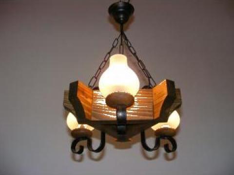 Lustra cu 3 becuri lemn antic Queen de la Exodus Lighting Srl
