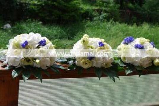 Aranjament floral pentru cristelnita AC4 de la Unda Mai Srl