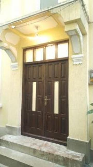 Usa de exterior cu pui din lemn masiv de pin de la Expres Com Alim Srl.
