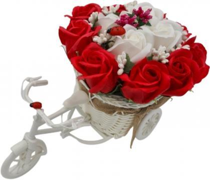 Aranjament trandafiri rosii si albi Bicicleta cu flori de la Dali Mag Online Srl